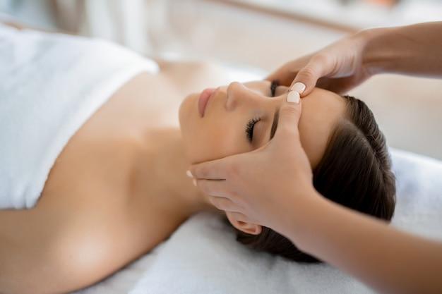 Massage van het gezicht Gratis Foto