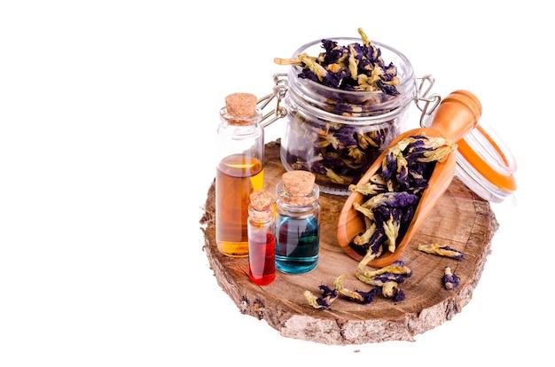 Masseer olie in flessen van gedroogde grondstoffen, bloemen voor aromatherapie en volledige ontspanning. Premium Foto