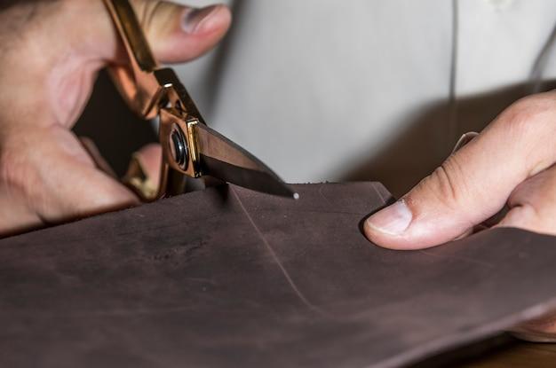 Master snijden leer voor maatwerk. Gratis Foto