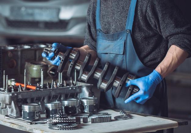 Master verzamelt een herbouwde motor voor de auto. Premium Foto