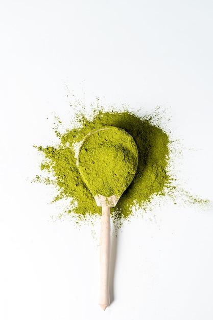 Matcha groen poeder in houten geïsoleerde lepel Premium Foto
