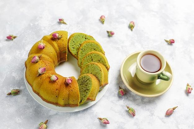 Matcha groene thee bundt cake op grijze steen bovenaanzicht exemplaarruimte Gratis Foto