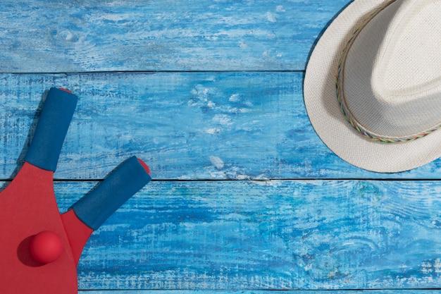 Materiaal om strandtennis op de blauwe houten lijst te spelen Premium Foto