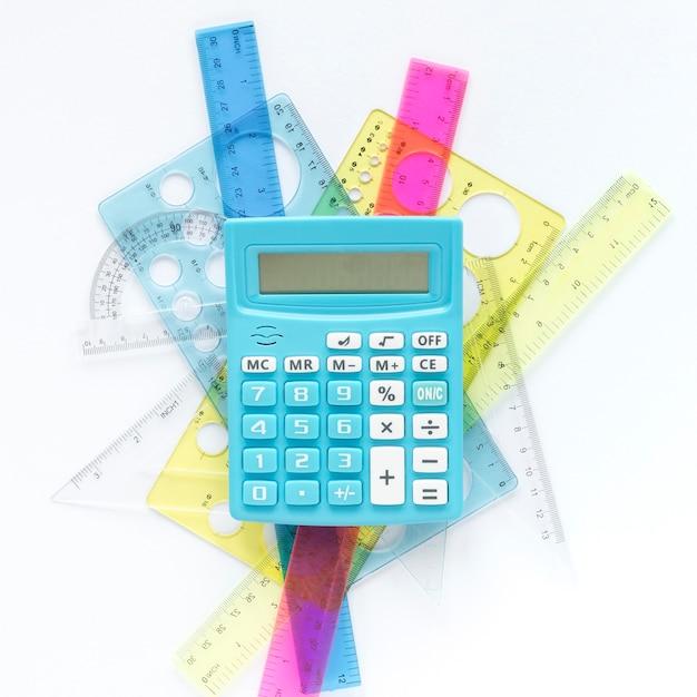 Math kleurrijke linialen leveringen en rekenmachine Gratis Foto