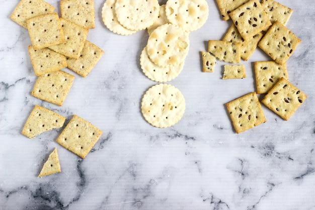 Matzo-crackers, zoute crackers met sesamzaadjes en lijnzaad Premium Foto