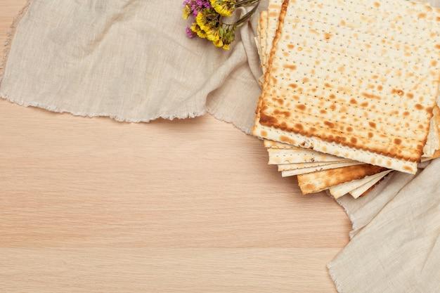 Matzo, matzoth voor joods pascha, houten Premium Foto