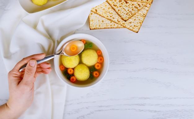 Matzoh bolletjes soep met pesach pascha symbolen Premium Foto