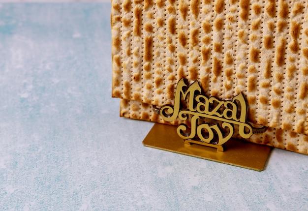 Matzoh joods vakantiebrood joodse familie die het pascha viert Premium Foto