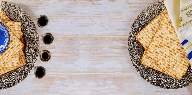 Matzos van pascha feest met matzo ongezuurde broden op kiddush kopje wijn Premium Foto