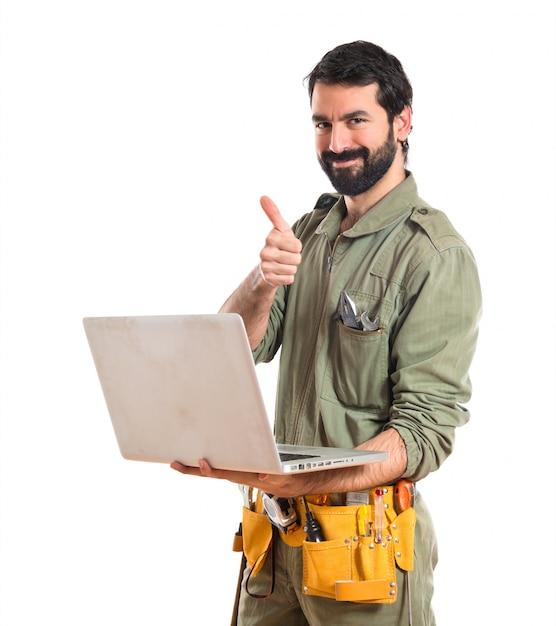 Mechanicus met laptop over witte achtergrond Gratis Foto