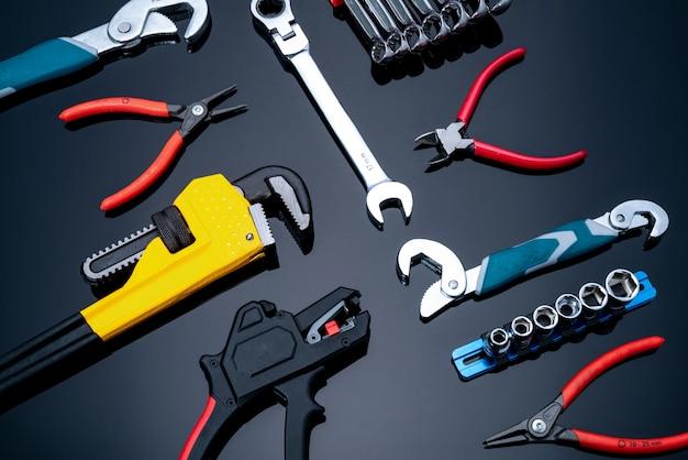 Mechanisch gereedschap. pijpsleutel, gebogen sleutel, moeren, sleutel, tang en chromen combinatiesleutels. servicetechnicushulpmiddelen voor onderhoud en reparatiewerkzaamheden. Premium Foto