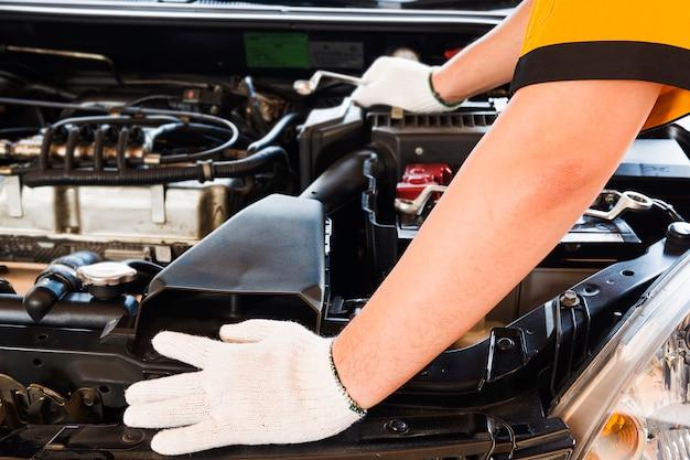 Mechanische mens die auto herstelt Gratis Foto
