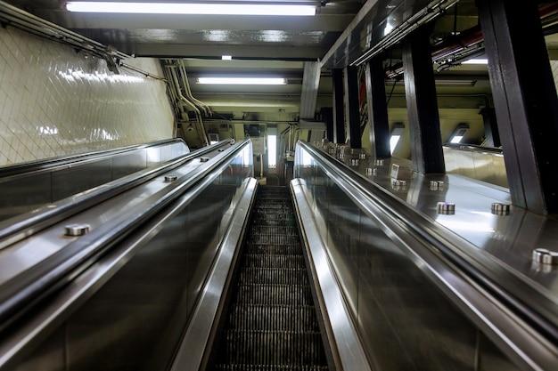 Mechanische roltrappen voor mensen op en neer in de metro Premium Foto