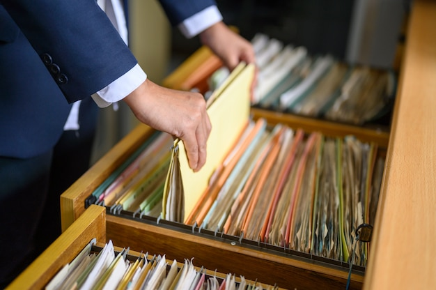 Medewerkers beheren documenten op kantoor. Premium Foto