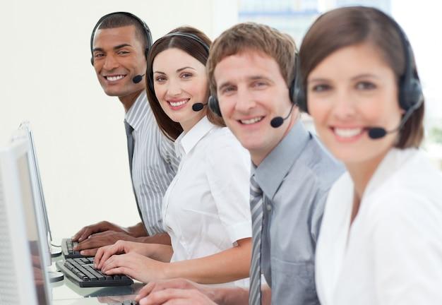 Medewerkers klantenservice met headset ingeschakeld Premium Foto