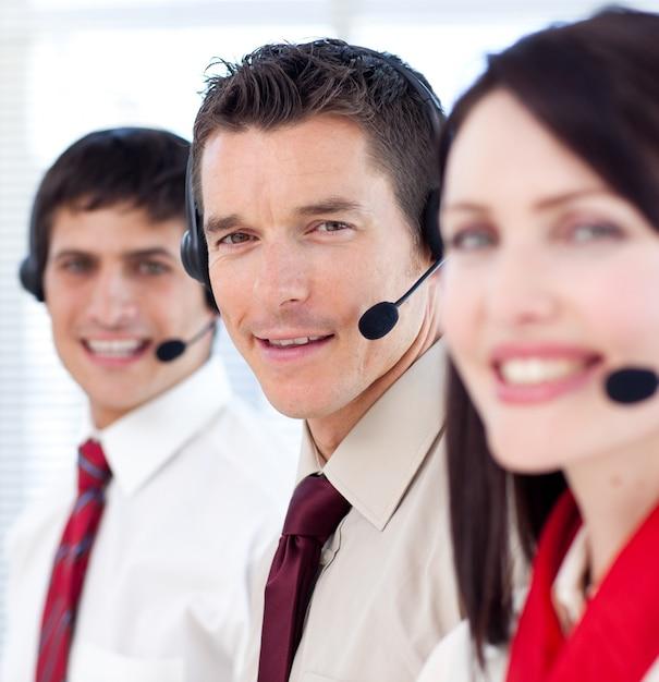 Medewerkers van de klantenservice met headsets aan Premium Foto
