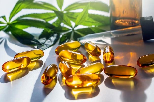 Medicinale cannabisbladeren, capsules en cbd olie Premium Foto