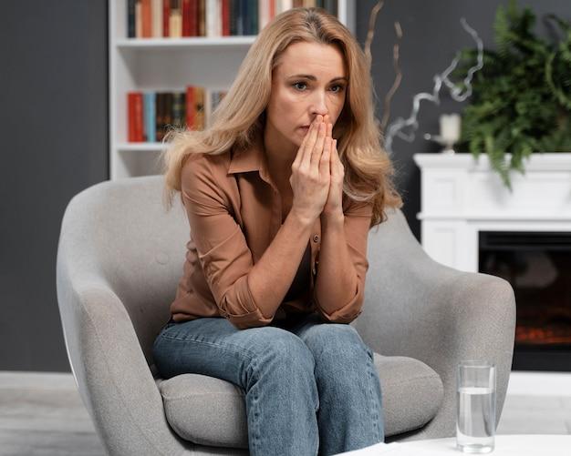 Medio schot bezorgd vrouw therapeut in kantoor Gratis Foto