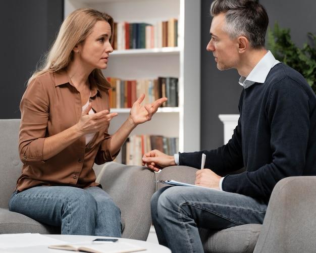 Medio shot counselor in gesprek met de patiënt Gratis Foto