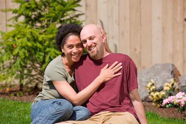 Medio volwassen paar in de tuin Premium Foto
