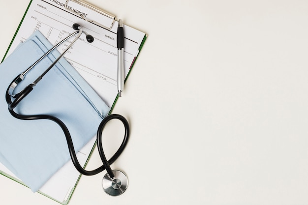 Medisch rapport met medische apparatuur Gratis Foto