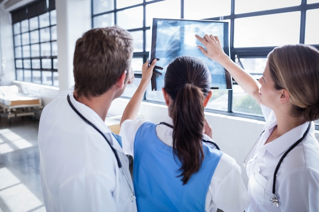 Medisch team dat x-ray samen in het ziekenhuis bekijkt Premium Foto