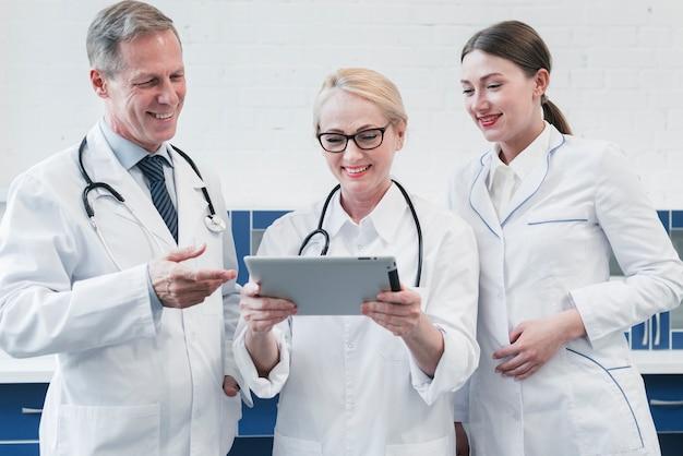 Medisch team in het kantoor van een arts Gratis Foto