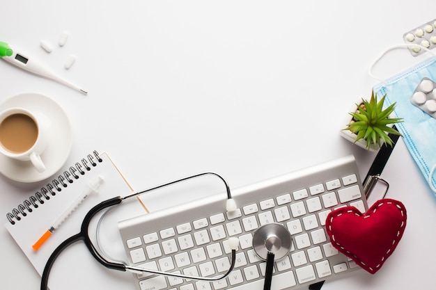 Medische accessoires op een witte achtergrond met kopie ruimte rond producten Gratis Foto