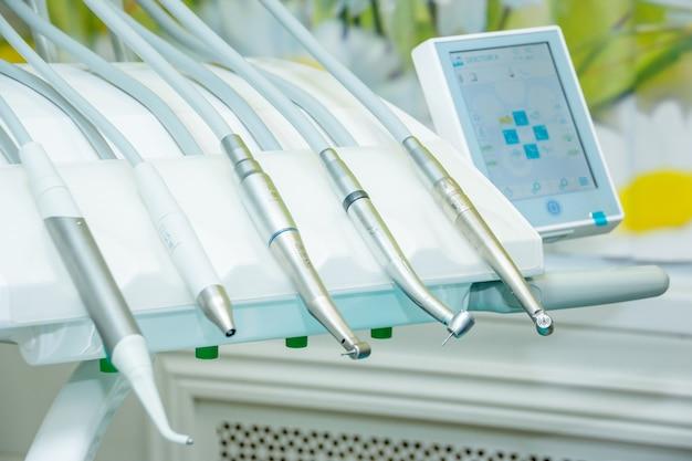 Medische apparatuur verschillende tandheelkundige boorinstrumenten en gespecialiseerde soorten ziektes Premium Foto