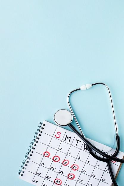 Medische behandelingskalender en stethoscoop met exemplaarruimte Gratis Foto
