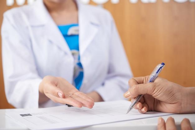 Medische documenten vullen Gratis Foto