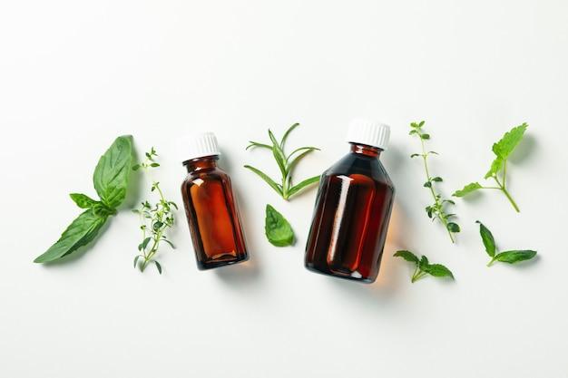 Medische flessen en kruiden op witte achtergrond Premium Foto