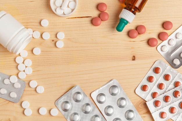 Medische kleurrijke pillen, capsules of supplementen voor de behandeling en gezondheidszorg op houten achtergrond Premium Foto