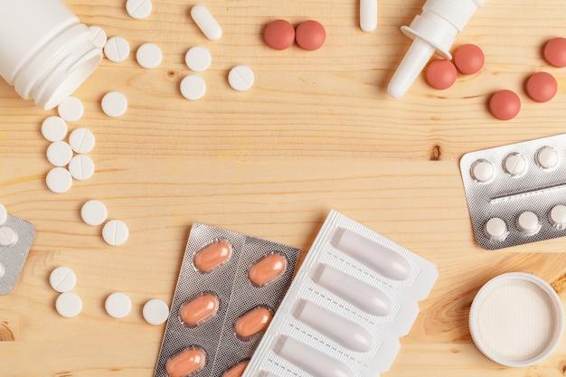 Medische kleurrijke pillen, capsules of supplementen voor de behandeling en gezondheidszorg op houten tafel Premium Foto