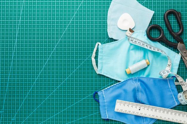 Medische maskers met schaar en meetlint Premium Foto