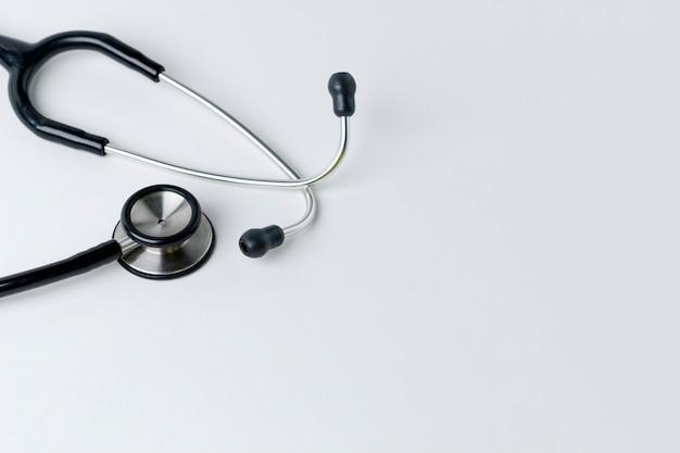 Medische stethoscoop op een wit Gratis Foto