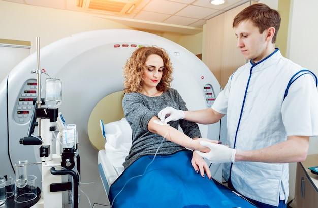 Medische uitrusting. arts en patiënt in de kamer van computertomografie Premium Foto