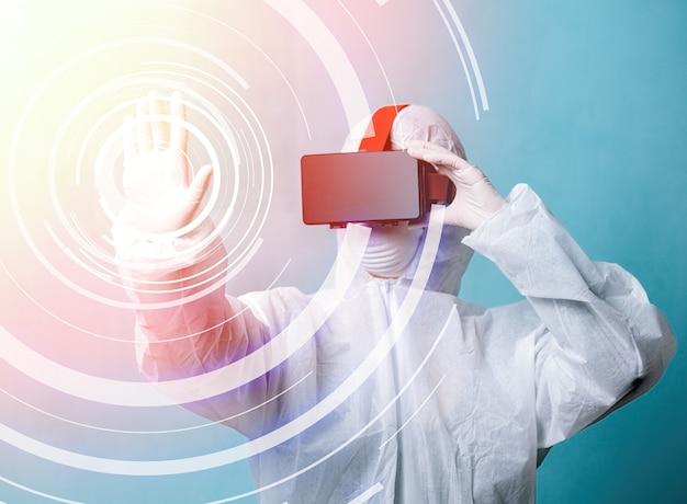 Medische wetenschapper in vr-bril en beschermende kleding Premium Foto
