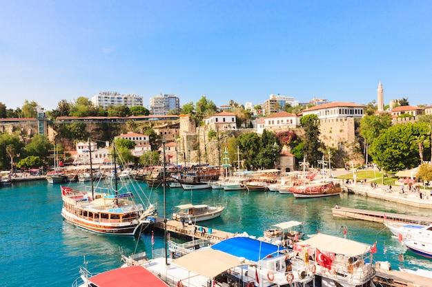 Mediterraan landschap in antalya. uitzicht op de bergen, zee, jachten en de stad Premium Foto