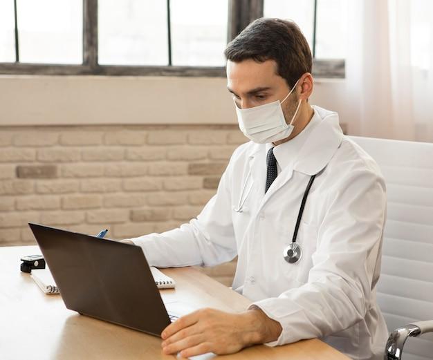 Medium geschoten dokter met masker Gratis Foto