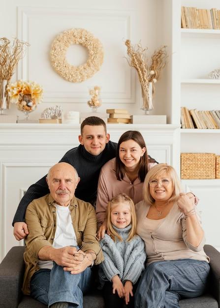 Medium geschoten gelukkig familieportret Premium Foto