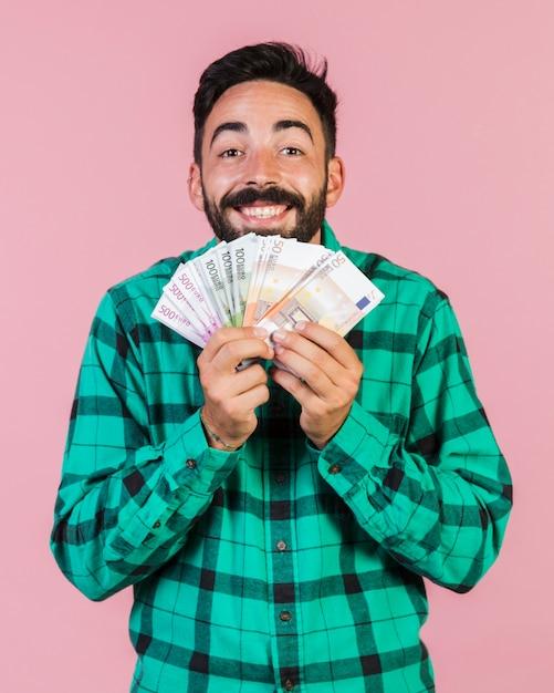 Medium geschoten gelukkige kerel bedrijf geld Gratis Foto