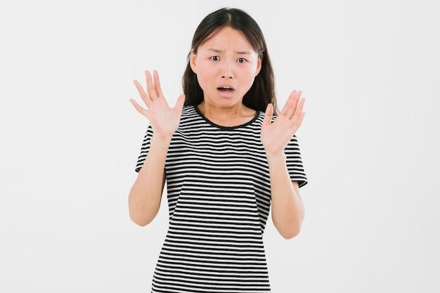 Medium geschoten jonge vrouw die geschokt kijkt Gratis Foto