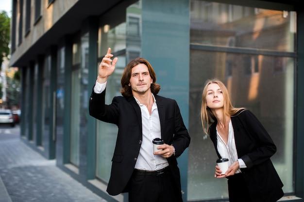 Medium geschoten man en vrouw wegkijken Gratis Foto