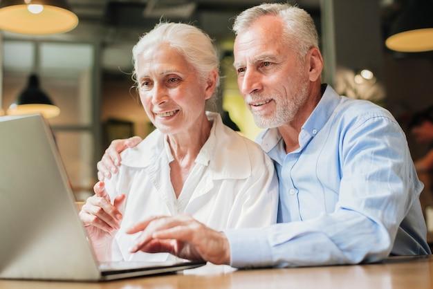 Medium geschoten oude mensen met een laptop Gratis Foto