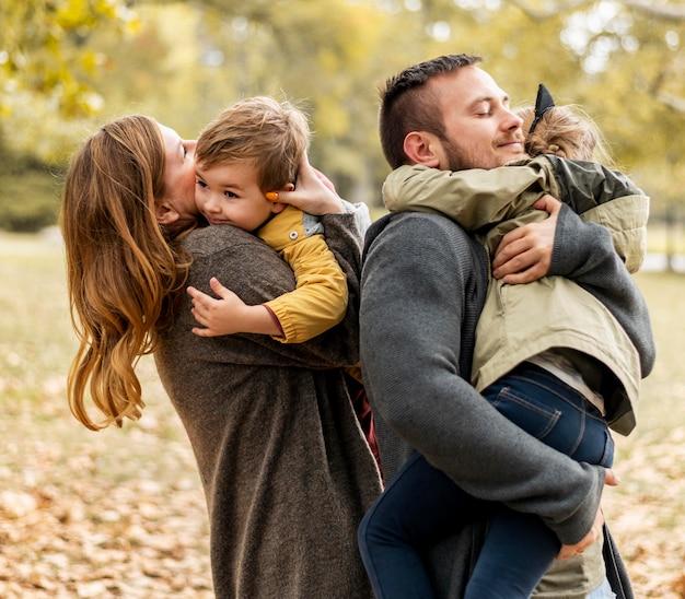 Medium geschoten ouders die kinderen knuffelen Premium Foto
