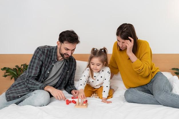 Medium geschoten ouders en kind in bed Premium Foto