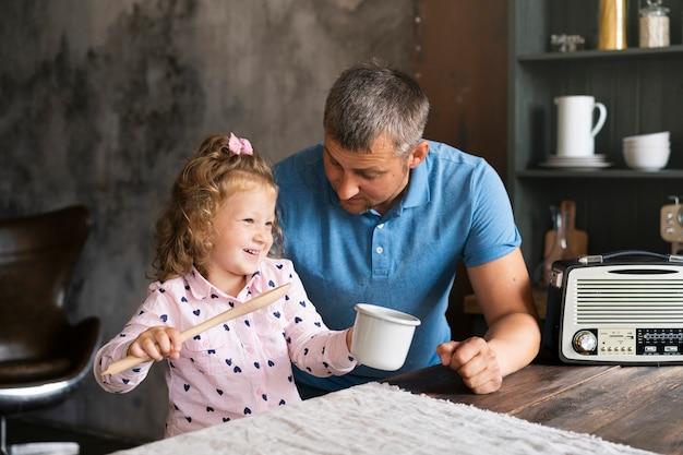 Medium geschoten vader en dochter in de keuken Gratis Foto