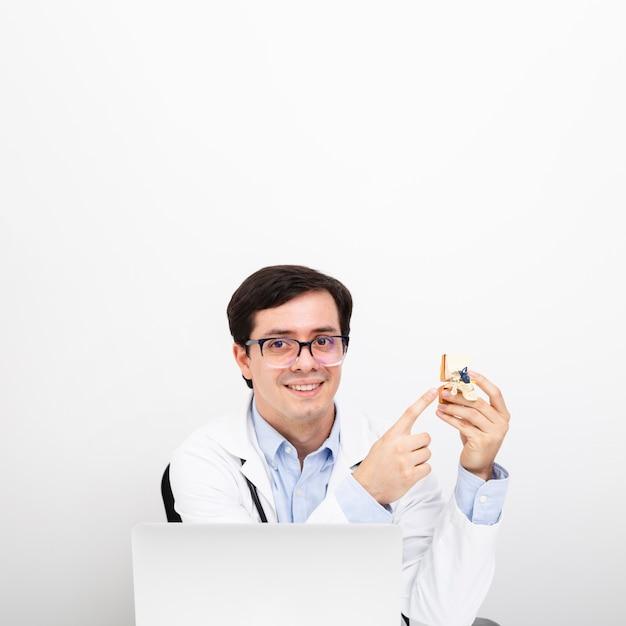 Medium geschoten vergadering arts poseren Gratis Foto