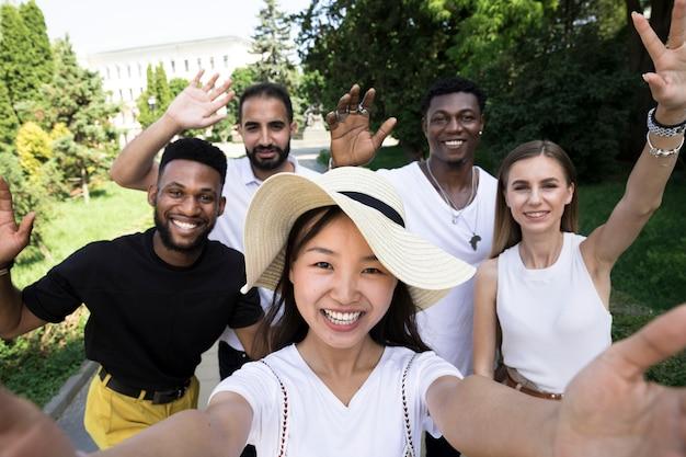 Medium geschoten vrienden die een selfie nemen Gratis Foto